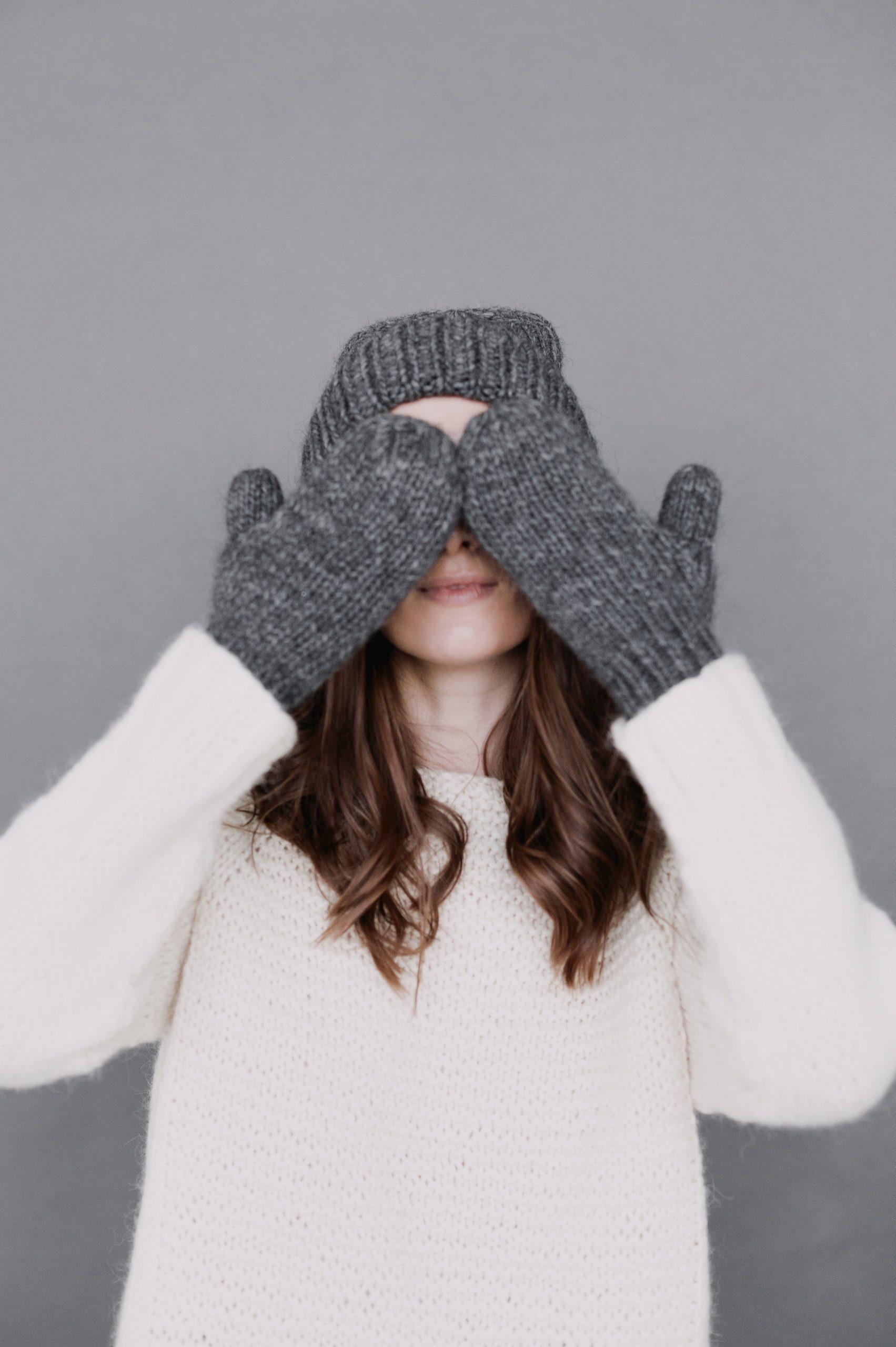 Heizung-Frau-Handschuhe-frieren